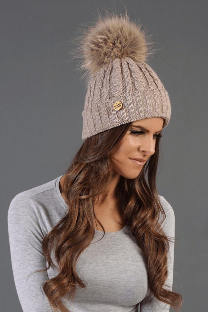 бежевая шапка крупной вязки с помпоном