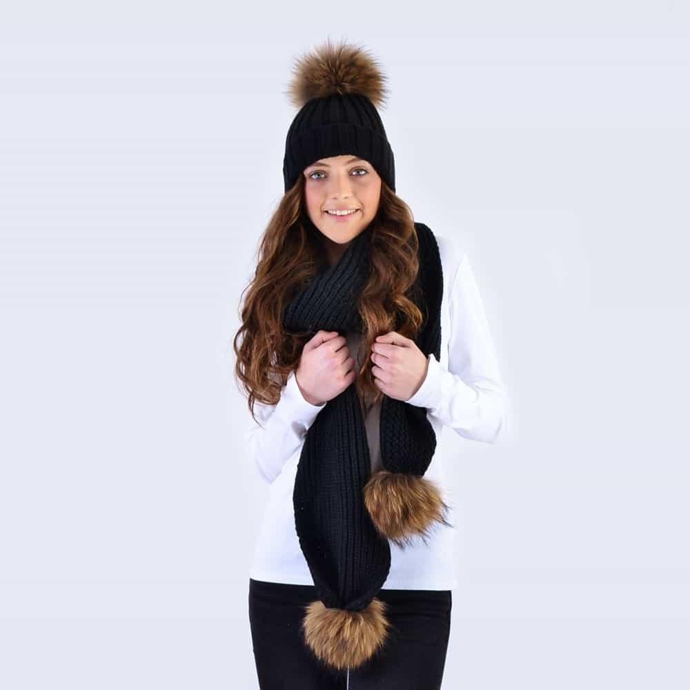 черная шапка и шарф с помпонами