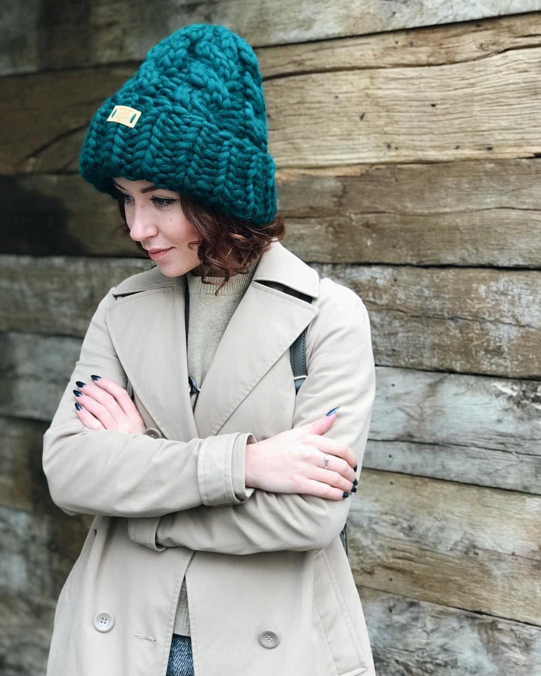зеленая шапка крупной вязки