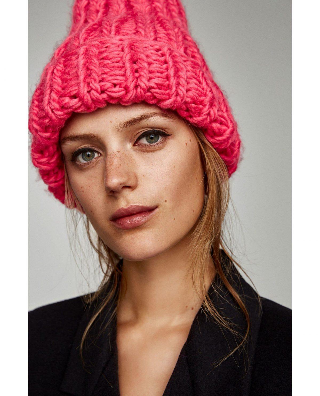 розовая шапка крупной вязки