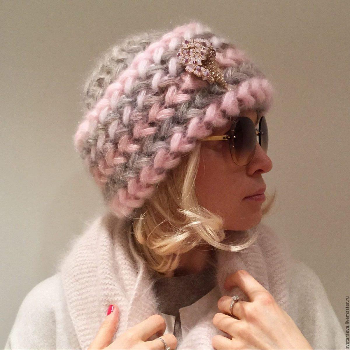 розово-серая шапка крупной вязки