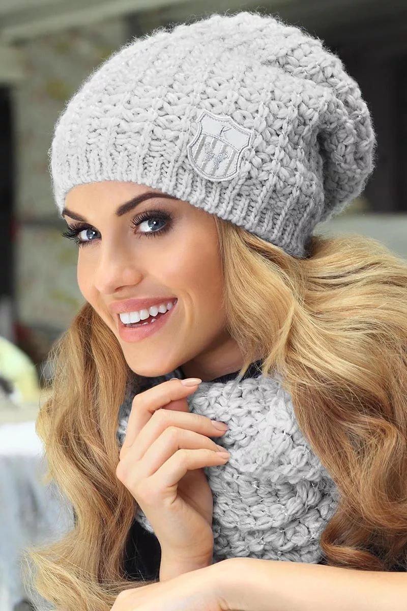 серая шапка бини и шарф
