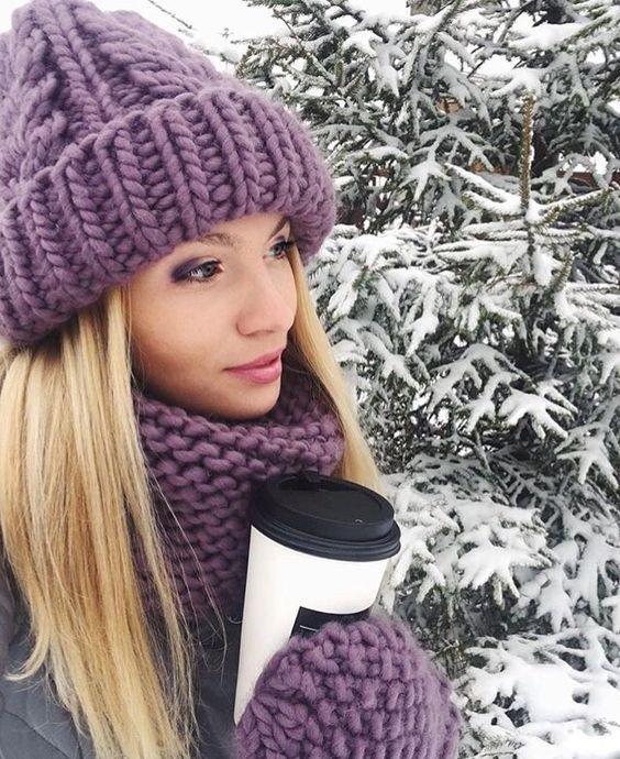 фиолетовая шапка и шарф крупной вязки