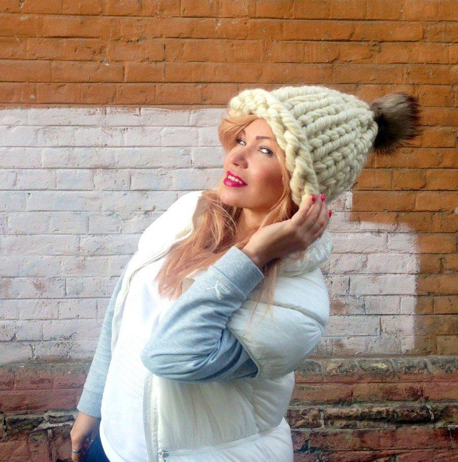 светлая шапка крупной вязки с помпоном