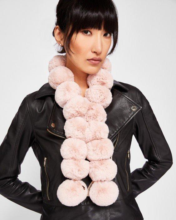 шапки и шарфы осень-зима 2020 2021: светлый меховой с помпонами