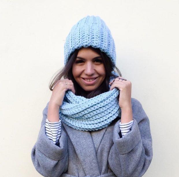голубая вязаная с шарфом