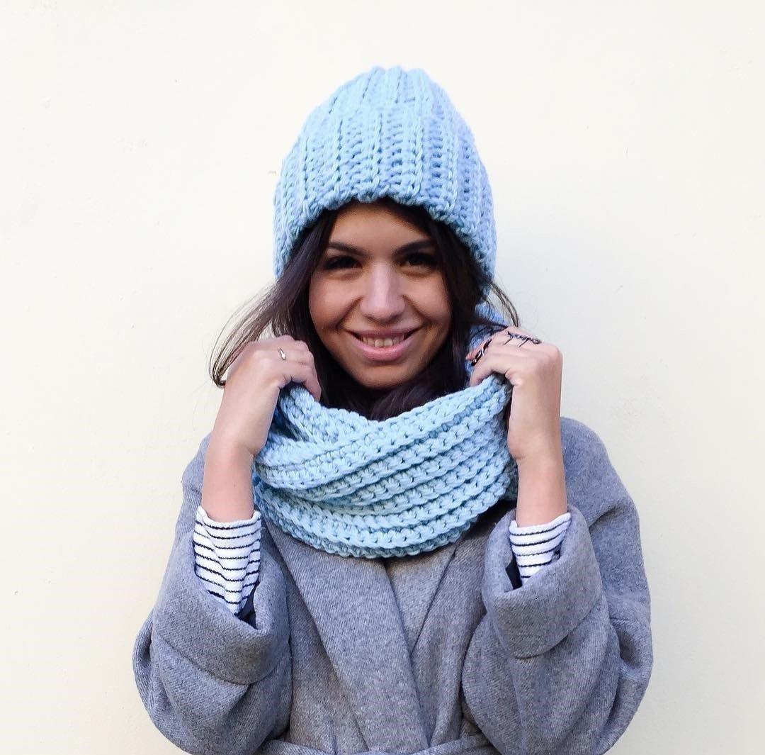 голубая вязаная шапка и шарф