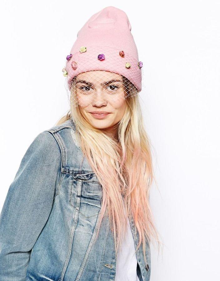 розовая шапка бини со стразами и вуалью