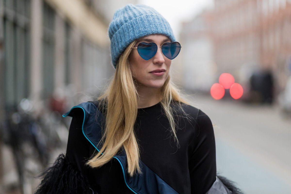 шапка с отворотом голубого цвета