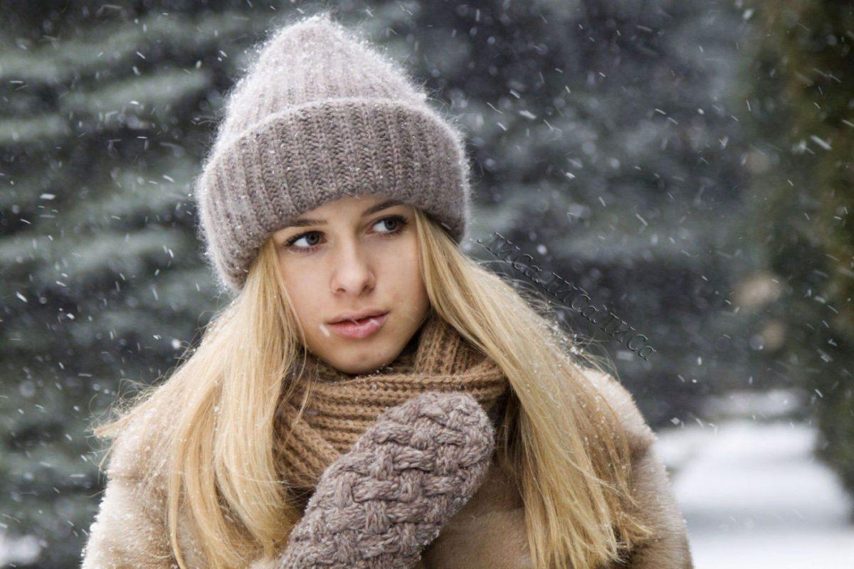серая теплая шапка с отворотом