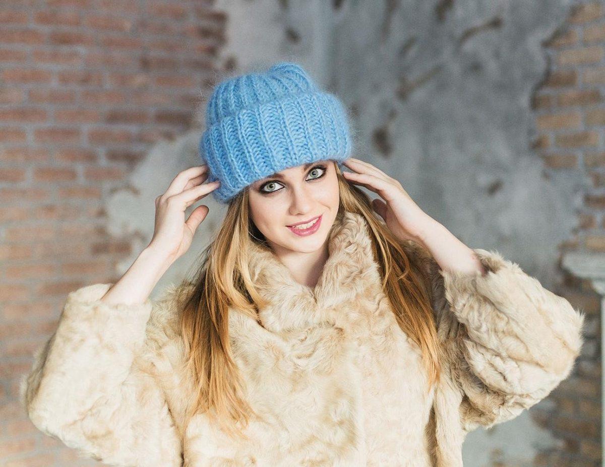 голубая шапка с отворотом