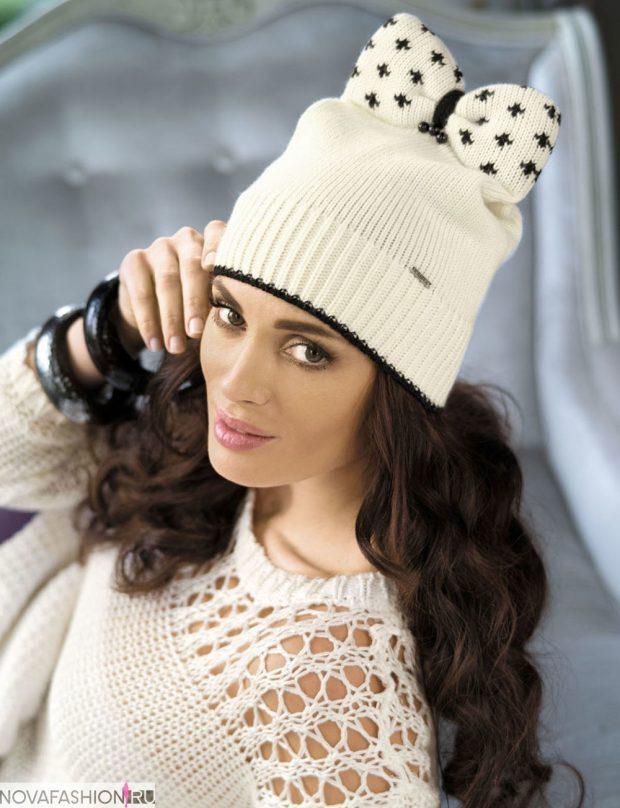 шапки и шарфы осень-зима 2019 2020: белая с бантом