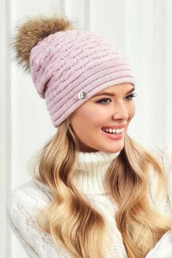 шапки и шарфы осень-зима 2020 2021: розовая с помпоном