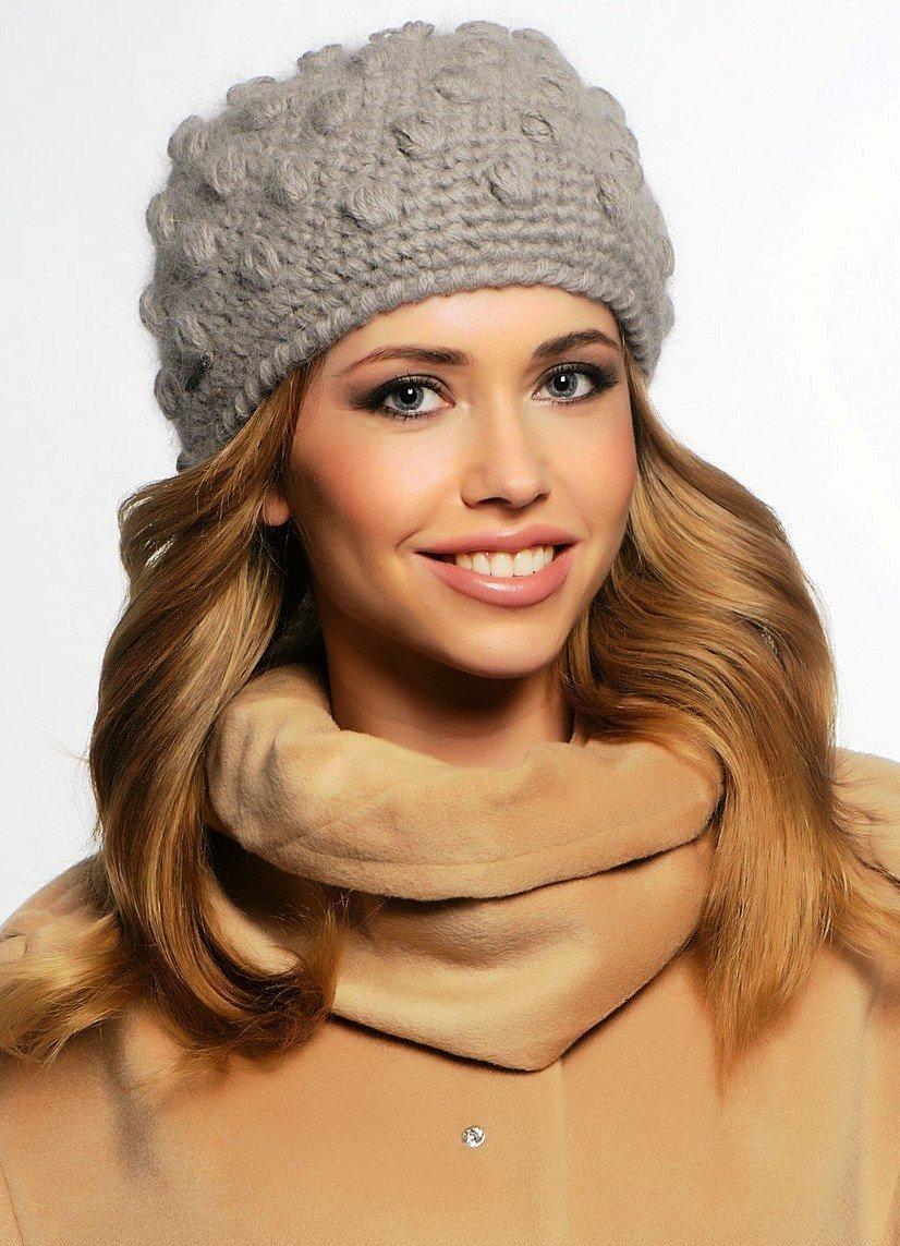 серая вязаная шапка с украшением