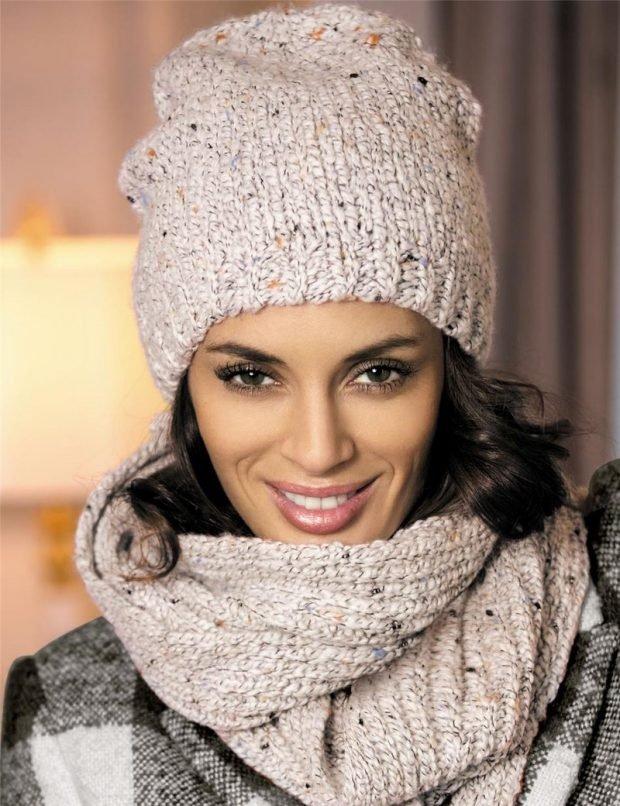 шапки и шарфы осень-зима 2020 2021: светлая вязаная с шарфом