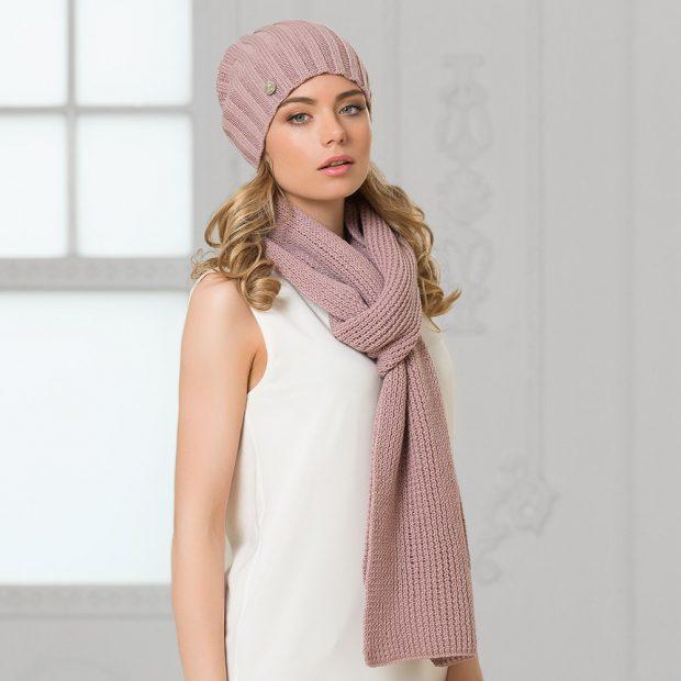 шапки и шарфы осень-зима 2019 2020: вязаная с шарфом пудрового цвета
