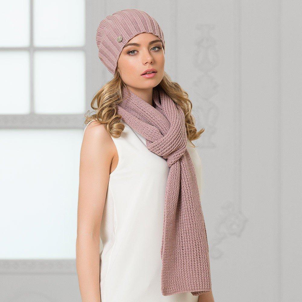 вязаная шапка и шарф пудрового цвета