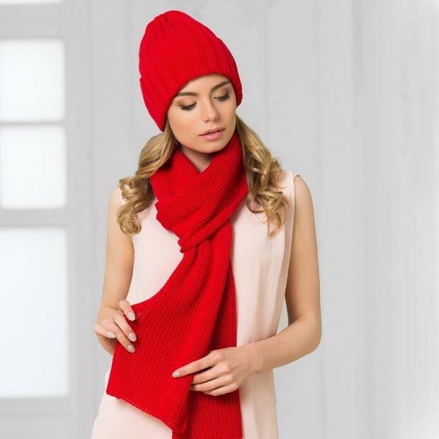вязаная с шарфом красного цвета