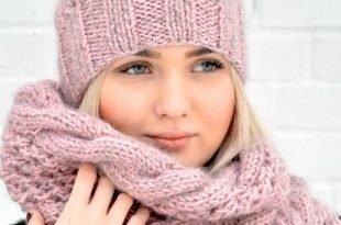 вязаная шапка и шарф светло-розового цвета