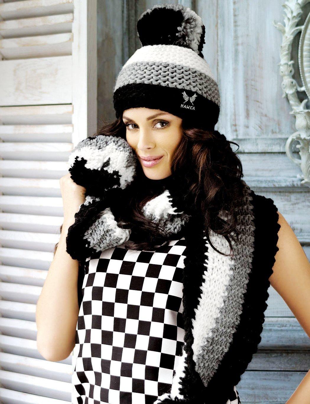 трехцветная вязаная шапка и шарф