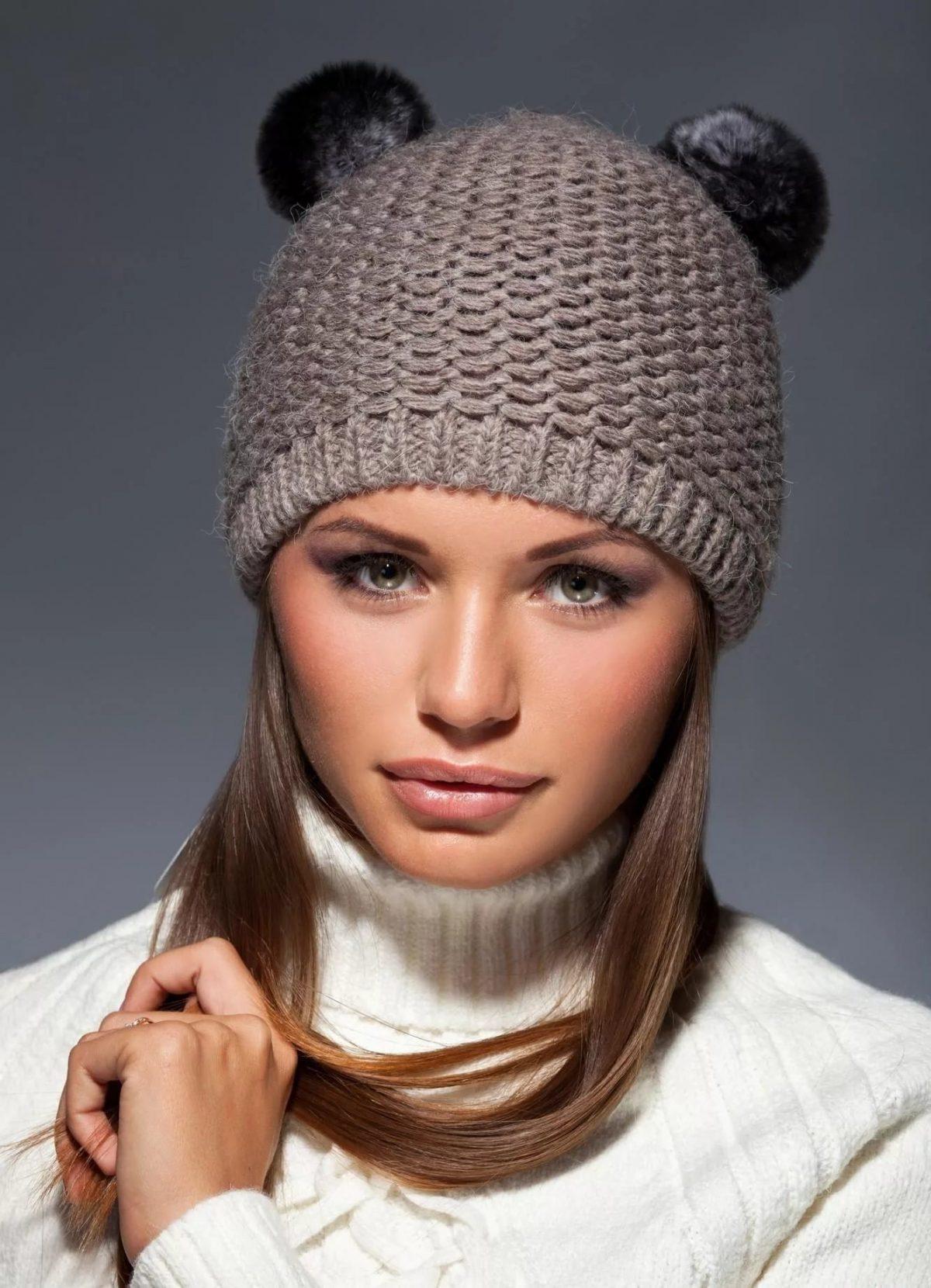 светло-коричневая вязаная шапка с двумя помпонами