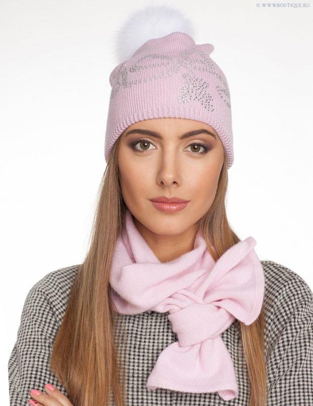 шапки и шарфы осень-зима 2019 2020: розовая с шарфом
