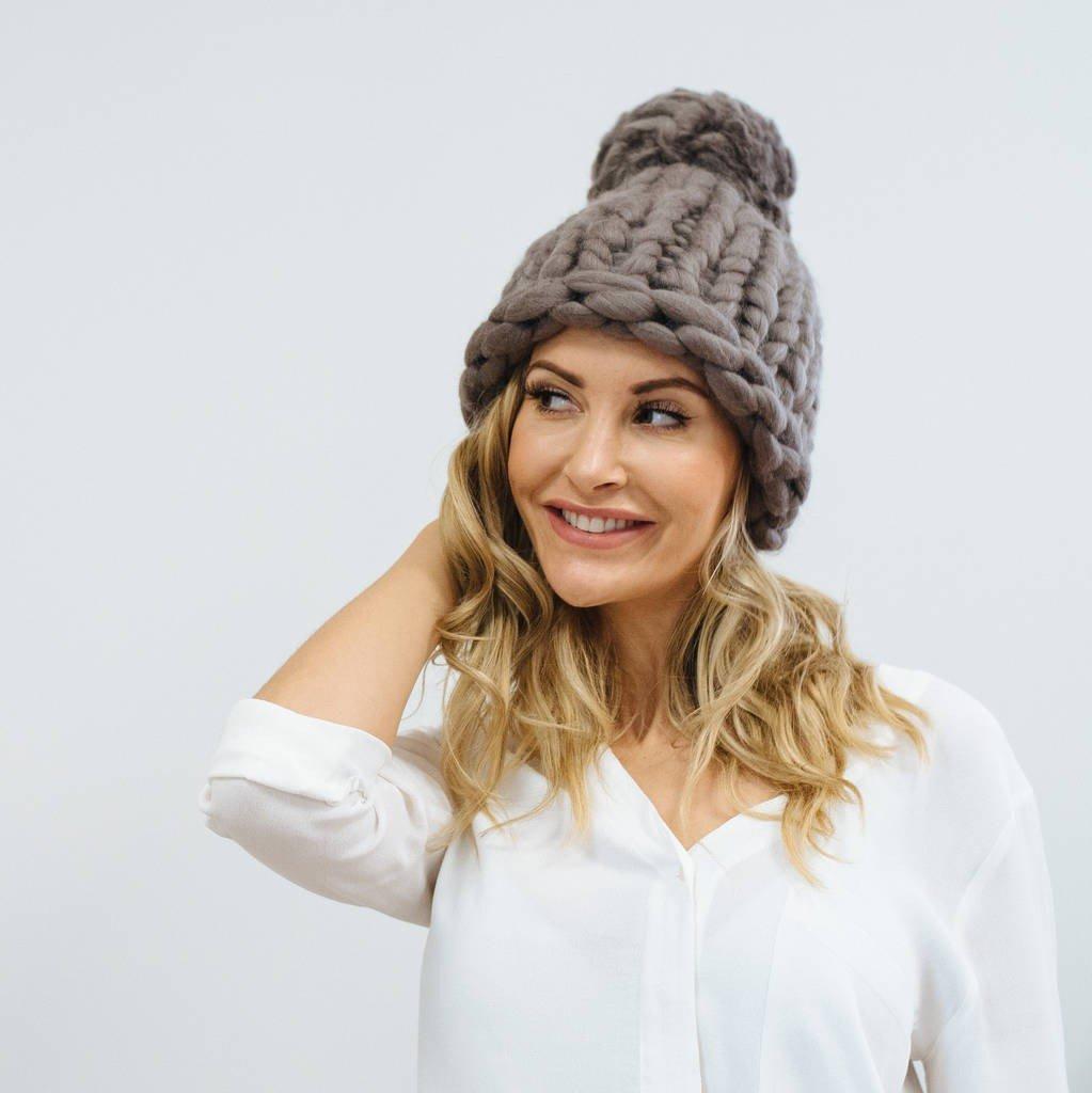 коричневая шапка с помпоном крупной вязки
