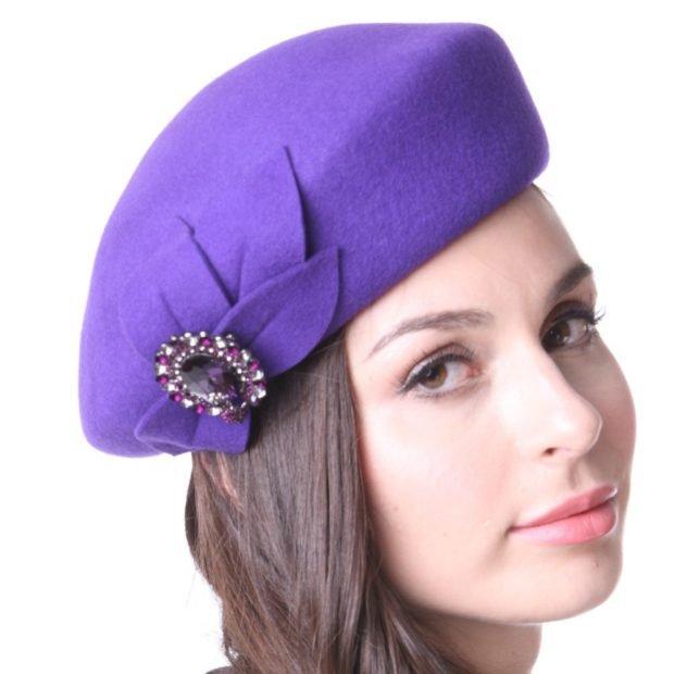фиолетовый берет с декором
