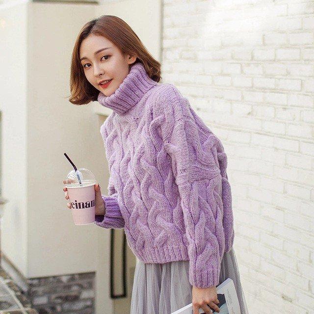 тенденции моды осень зима 2018 2019: фиолетовый свитер объемной вязки