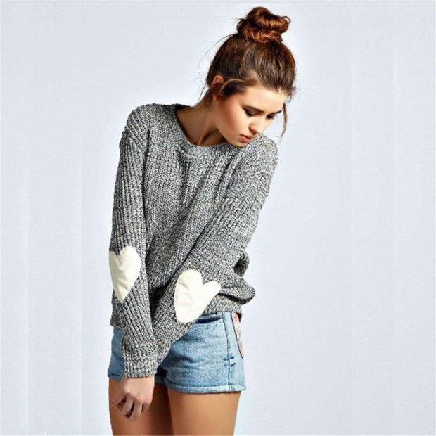 серый свитер с сердцами на рукавах