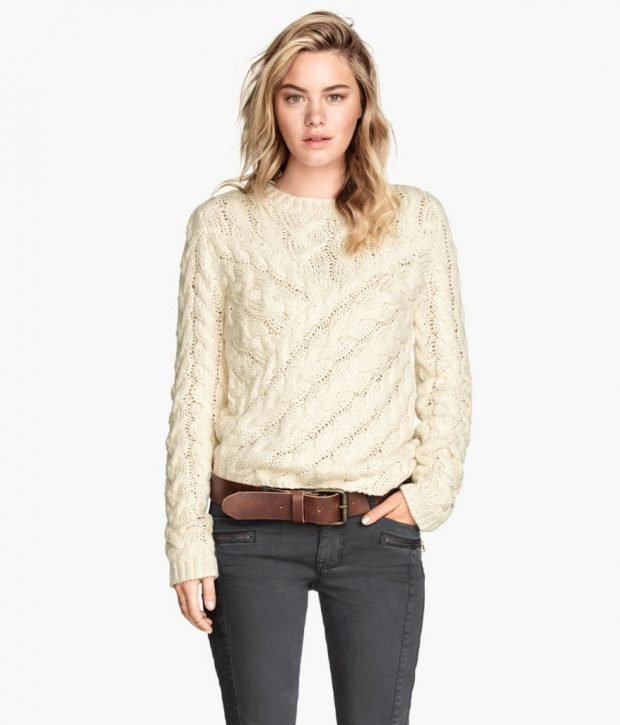 светлый вязаный свитер