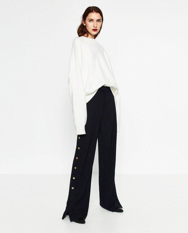 модный тренд осень зима 2018 2019: черные расклешенные брюки с пуговицами