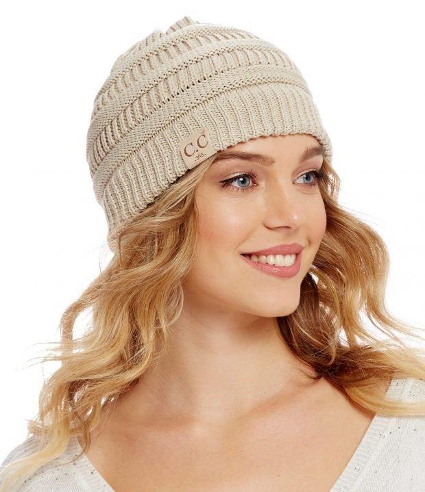 светлая вязаная шапка