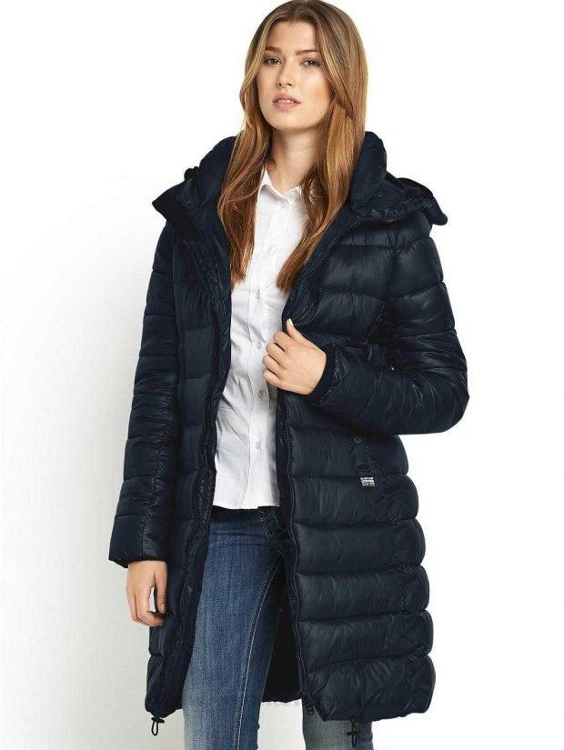 Тренды осень-зима 2019 2020: темно-синее стеганое пальто