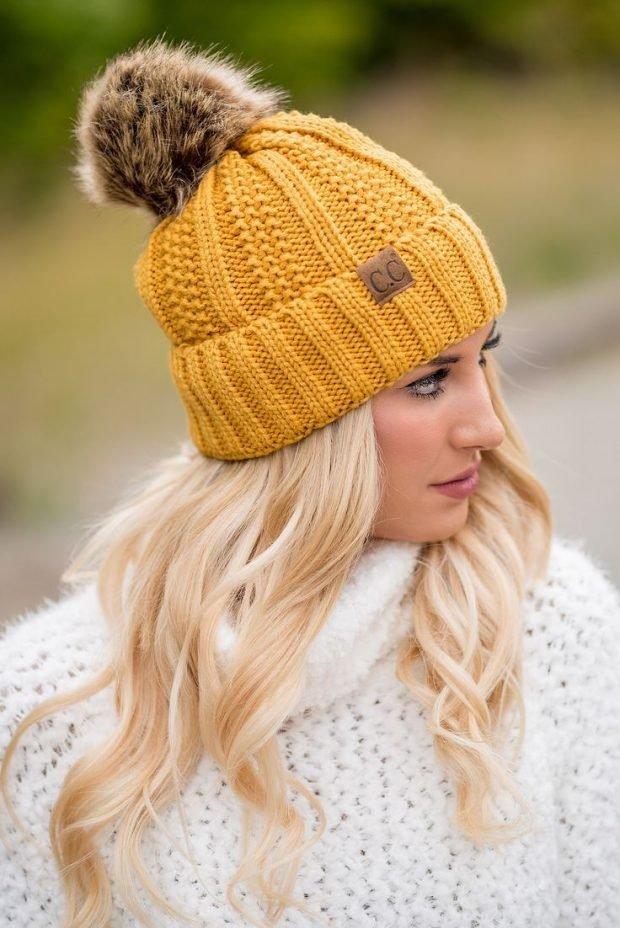 желтая вязаная шапка с помпоном