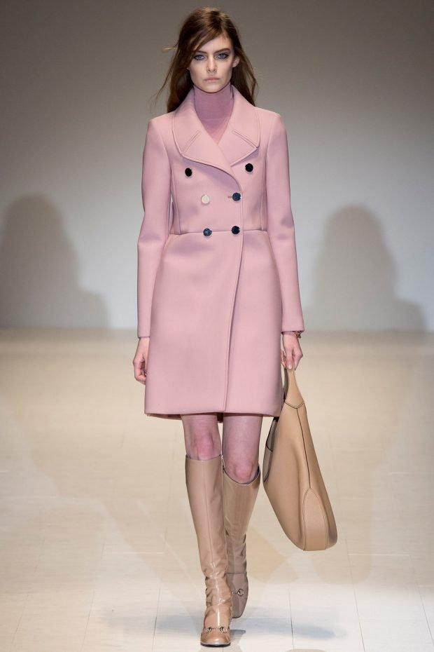Тренды осень-зима 2019 2020: светло-розовое пальто с пуговицами