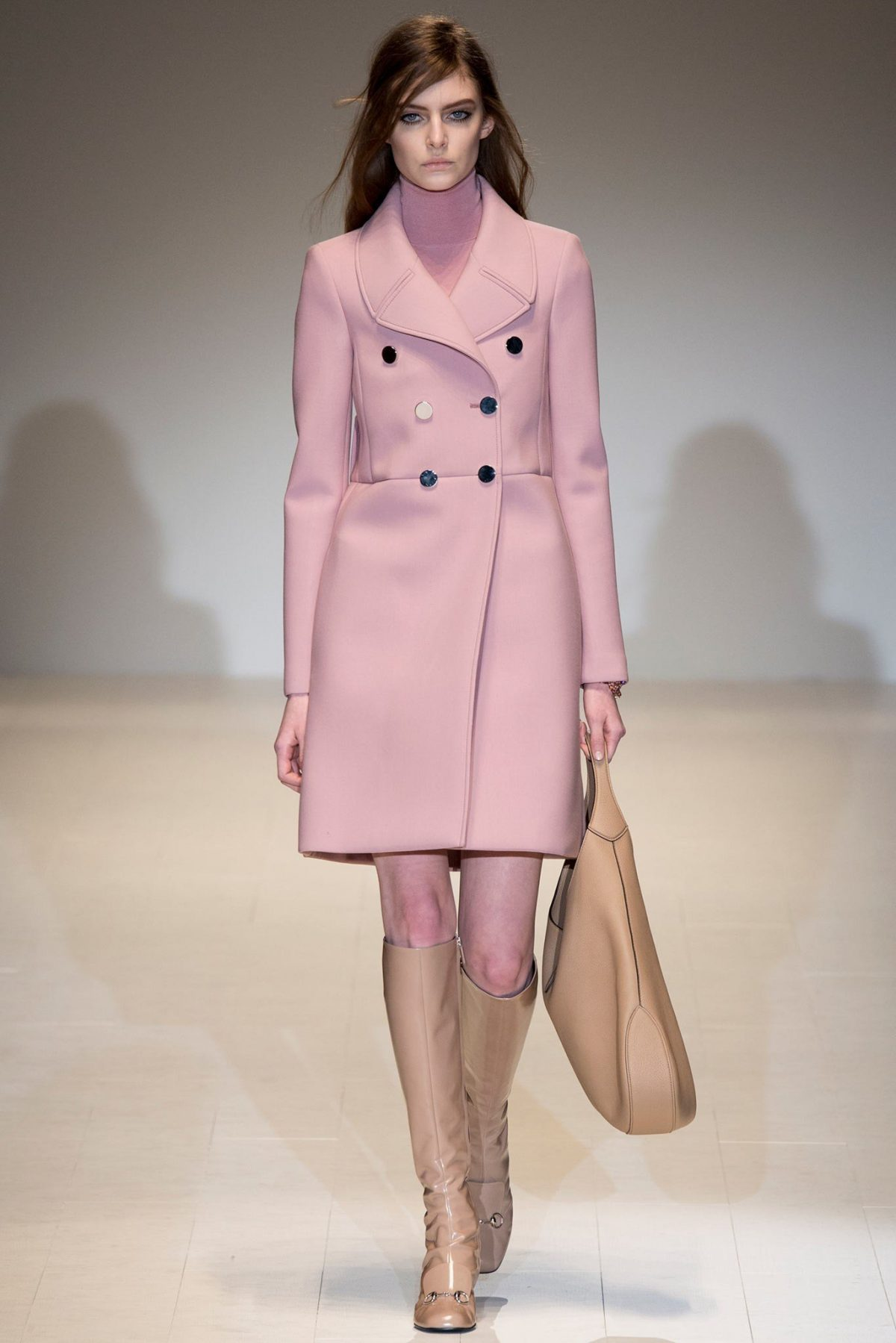 Тренды осень-зима 2018 2019: светло-розовое пальто с пуговицами