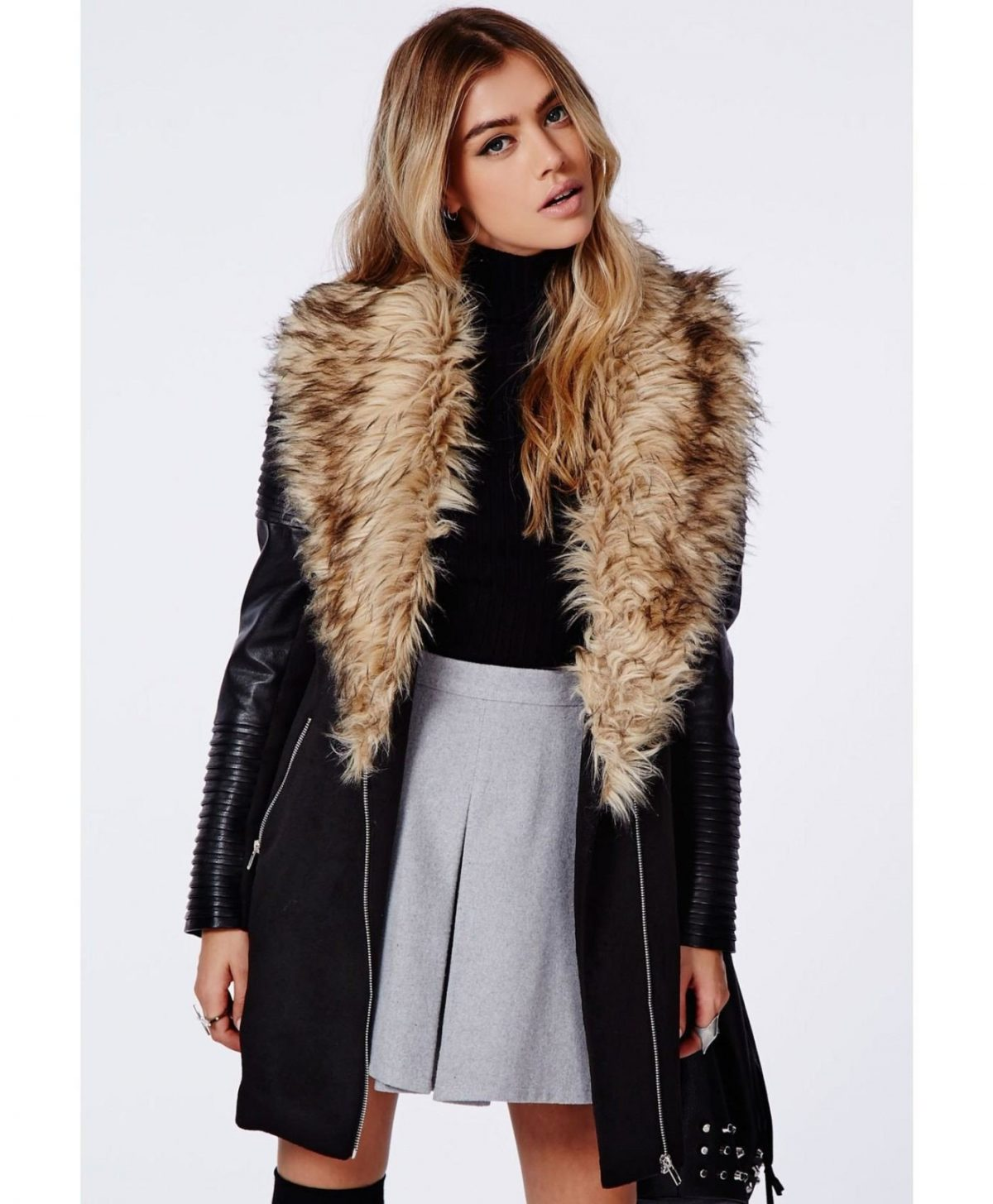 Тренды осень-зима 2018 2019: черная куртка с объемным меховым воротником