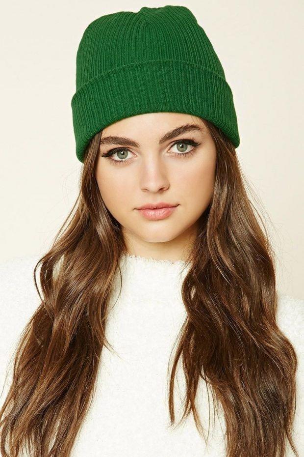 зеленая вязаная шапка