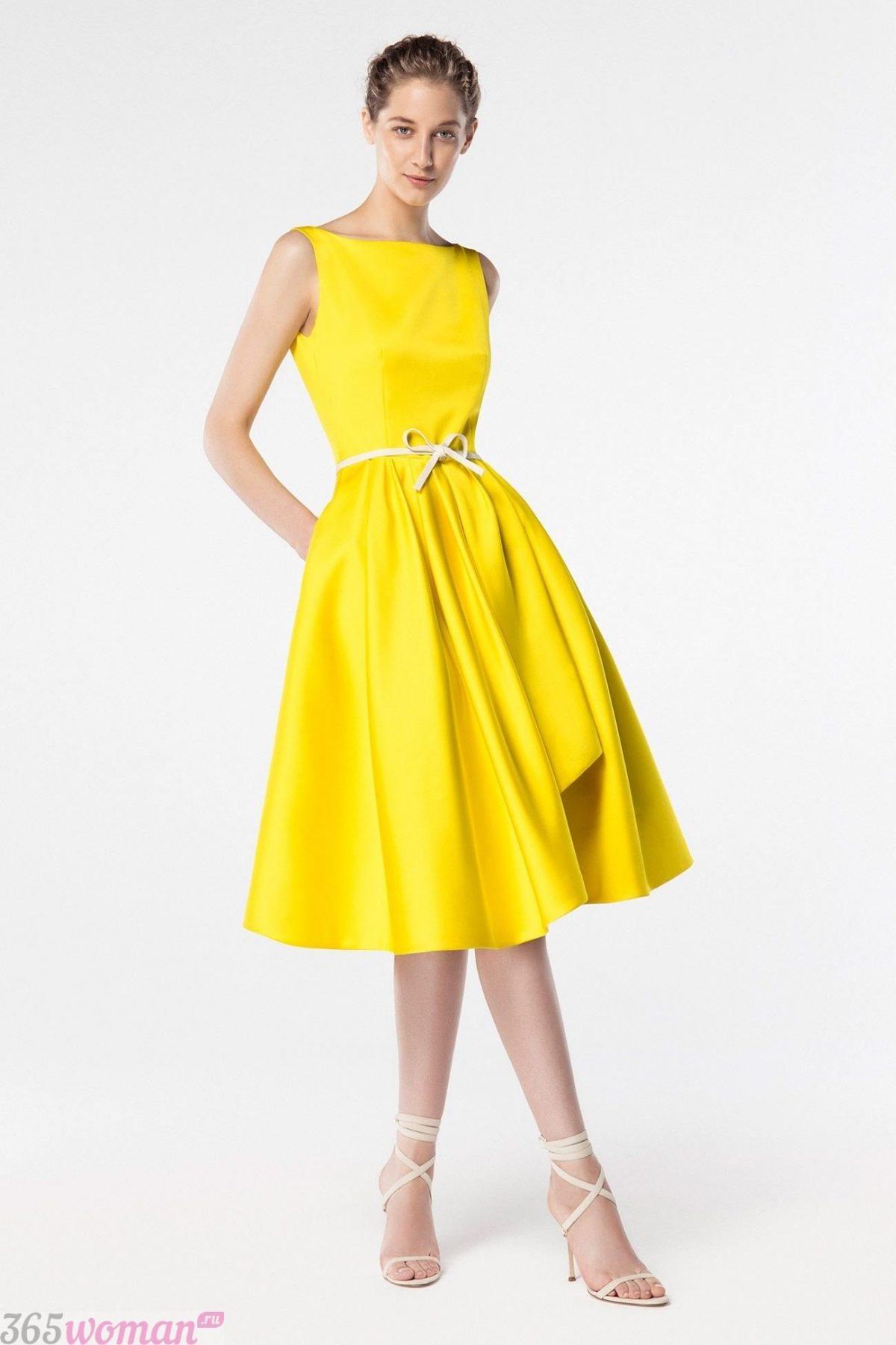 в каком цвете встречать новый год: желтое платье миди с тонким поясом