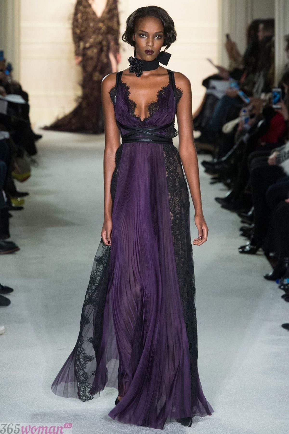 какой цвет встречать новый год 2019: длинное фиолетовое платье