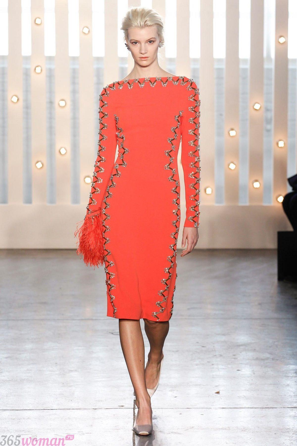 в каком цвете встречать новый год: оранжевое платье футляр с декором