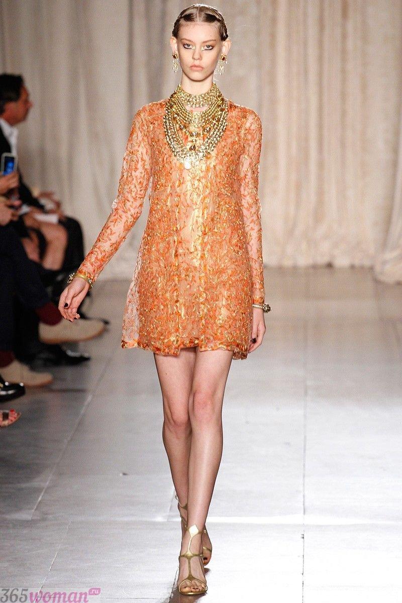 в каком цвете встречать новый год: короткое блестящее оранжевое платье