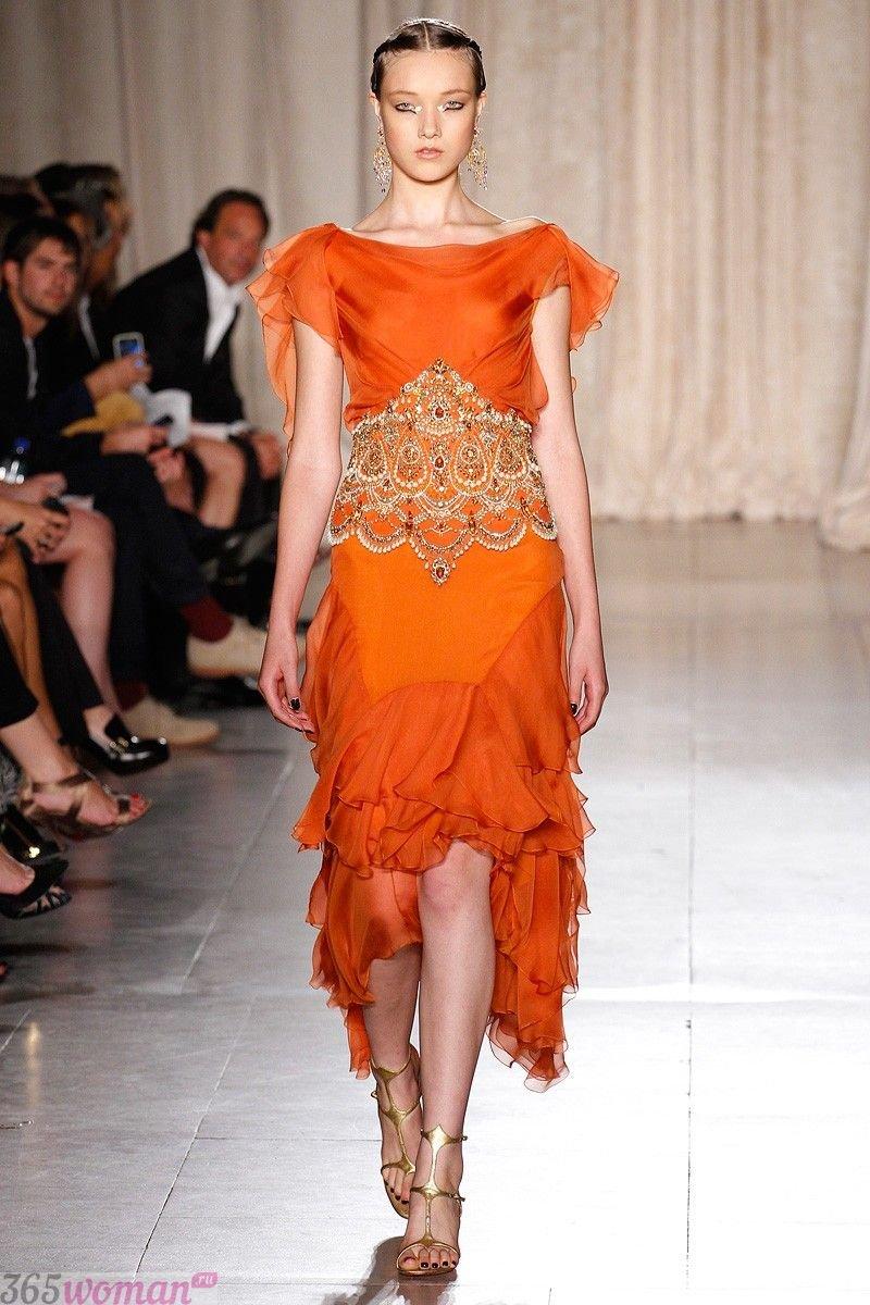в каком цвете встречать новый год: оранжевое асимметричное платье с декором