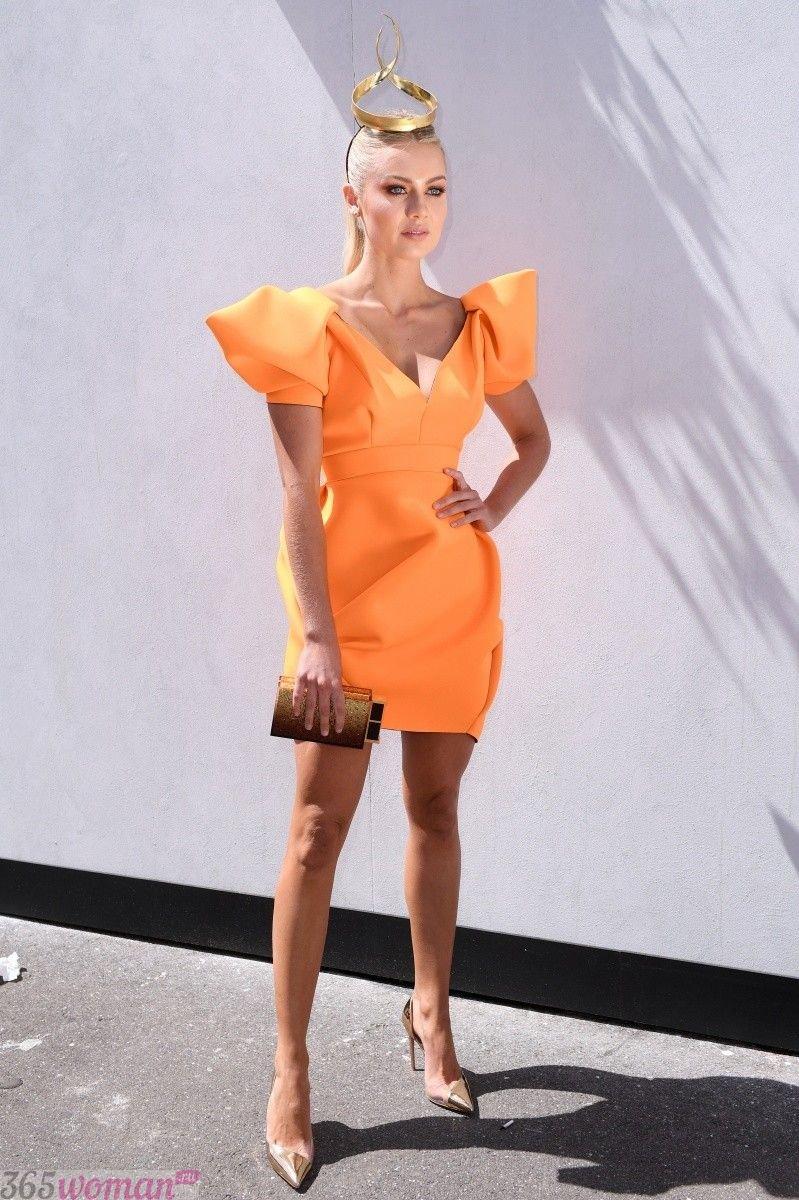 в каком цвете встречать новый год: короткое оранжевое платье с объемными рукавами