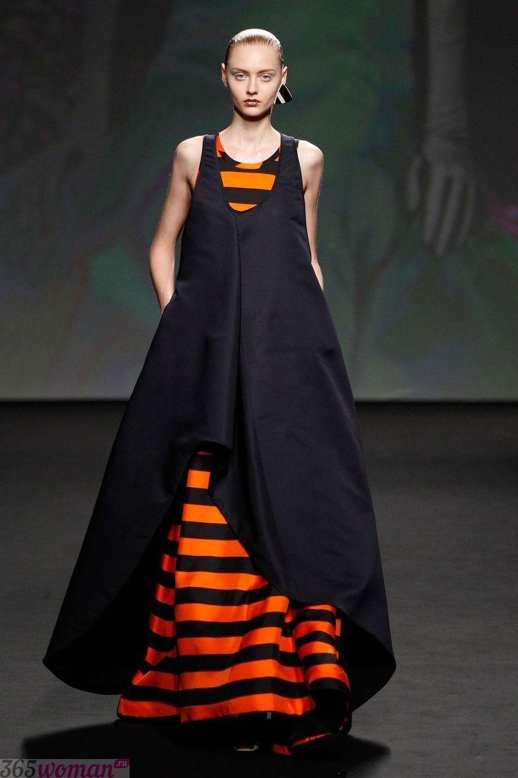 в каком цвете встречать новый год: длинное платье черно-оранжевого цвета