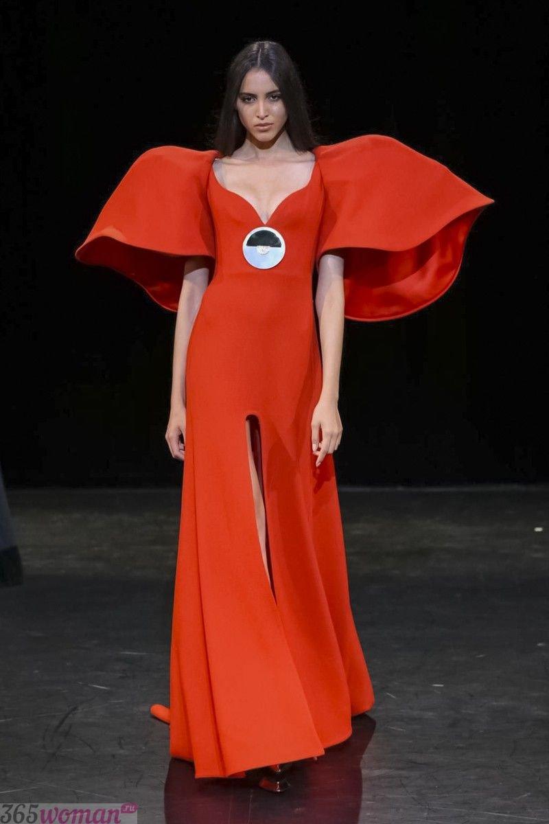 в каком цвете встречать новый год: оранжевое длинное платье с объемными рукавами