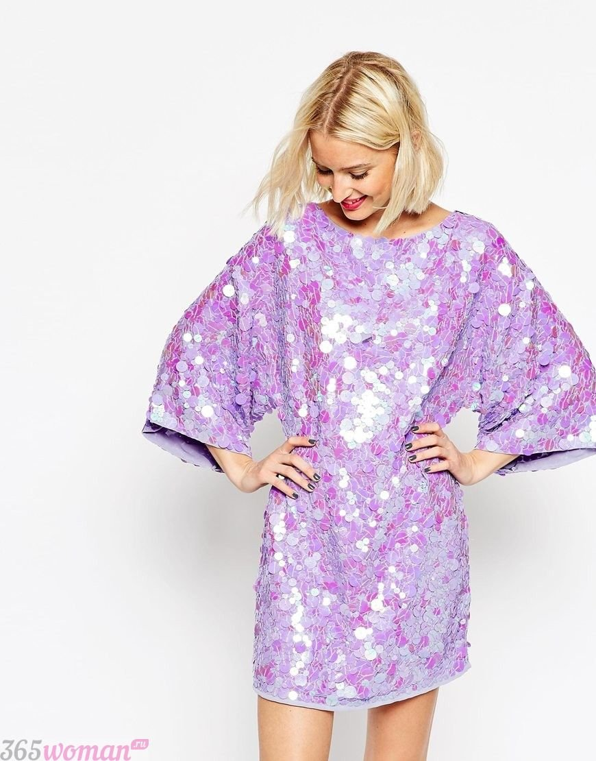 в каких цветах встречать новый год 2021: блестящее пурпурное платье со свободными рукавами