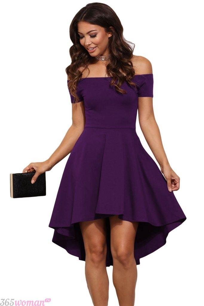в каких цветах встречать новый год 2019: темно-пурпурное платье со спущенными плечами