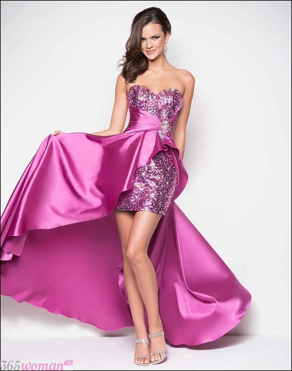 в каких цветах встречать новый год 2021: блестящее пурпурное платье со шлейфом